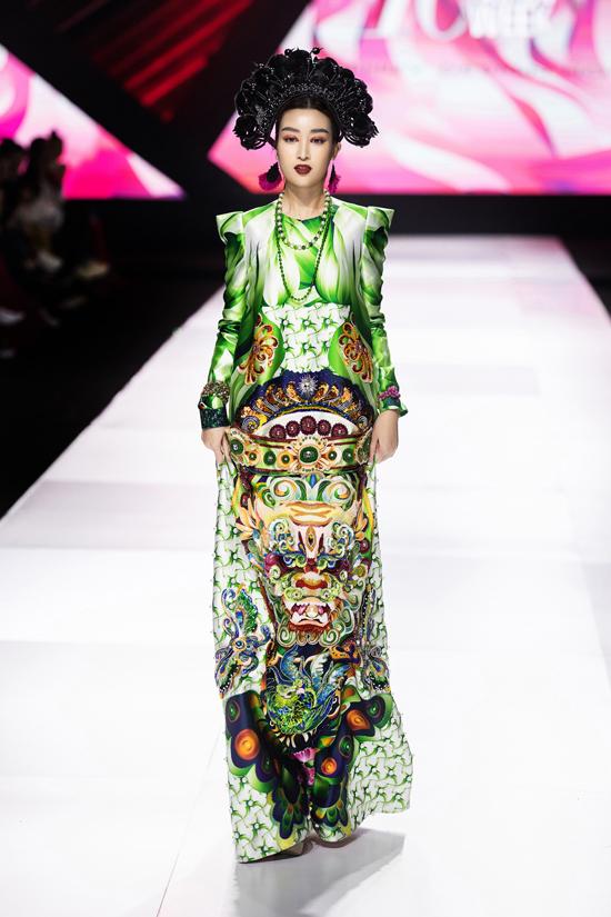 Hoa hậu Đỗ Mỹ Linh làm vedette kết màn show diễn Mỵ Châu của Thủy Nguyễn tại Vietnam International Fashion Week Thu Đông 2019. Đây là một trong những lần hiếm hoi công chúng được thấy nàng Hậu với phong cách trang điểm sắc sảo, ma mị.