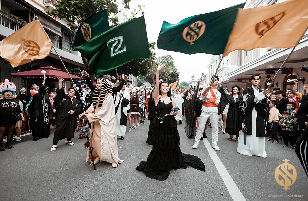 Bắt nguồn từ ngày lễ The Celtic Festival of Samhain của dân tộc Celts cách đây hơn 2.000 năm, Halloween đang được toàn cầu hoá thay vì là lễ hội dành riêng cho các nước phương Tây. Vào cuối tháng 10, người dân trên toàn thế giới cùng hòa mình vào không khí nhộn nhịp của lễ hội ma quái này và xuống phố trong tạo hình của muôn vàn nhân vật độc đáo. Cuối tuần qua, phố đi bộ cũng được khoác lên mình diện mạo mới nhờ lễ hội hoá trang đường phố này.