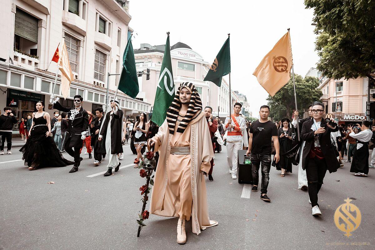 Trong ảnh, Pharaoh - vị vua thần bí từ Ai Cập dẫn đầu đoàn diễu hành với các nhân vật từ cổ trang tới hiện đại, từ ma quỷ đến siêu anh hùng như: cướp biển, ma cà rồng, Tiểu Long Nữ và Dương Quá, Joker với Harley Quinn, Batman và Robin... Hoà theo tiết tấu rộn ràng của dàn trống, cờ, âm nhạc, tất cả cùng nhau nhảy múa và trình diễn một tiết mục sôi động vòng quanh Hồ Gươm, xoá tan hình ảnh của một lễ hội Halloween ma quái và ảm đạm. Tiết mục diễu hành thu hút rất nhiều bạn trẻ, các em nhỏ và những bậc phụ huynh cùng tham gia để hưởng ứng lễ hội đầy màu sắc này.