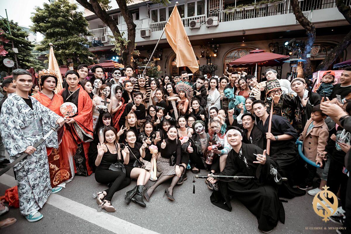 Đoàn diễu hành dừng chân tại Si Lounge 18 Hàng Bài và tiếp tục mang đến cho mọi người bữa tiệc tối đầy màu sắc với show diễn công phu từ ảo thuật gia J và những điệu nhảy mãn nhãn.