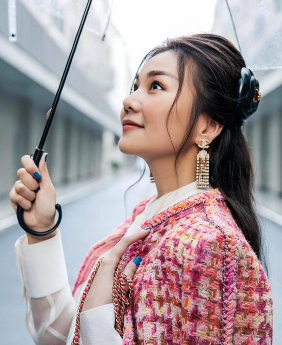 Đến hẹn lại lên, chất liệu vải tweed luôn là thứ không thể thiếu trong xu hướng thời trang thu đông. Thanh Hằng cũng cập nhật mốt này để tăng sức hút cho street style mùa mới.