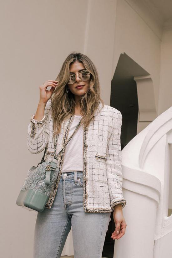 Với áo khoác vải tweed, hội chị em công sở vẫn thoải mái mix đồ tôn nét năng động và hiện đại cùng áo thun, quần jeans và các mẫu túi đeo chéo hợp mốt.