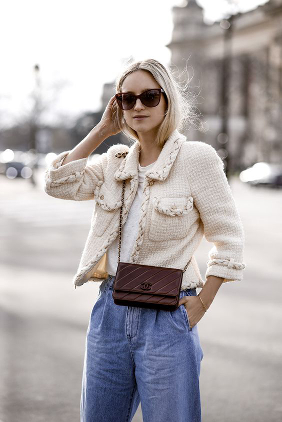 Quần jeans, áo thun và áo khoác vải tweed là công thức mix đồ đơn giản và dễ áp dụng cho hội chị em văn phòng.