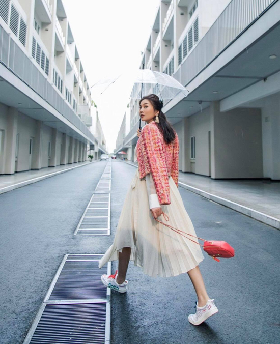 Với áo khoác dáng lửng như của Thanh Hằng, hội chị em công sở có thể mix cùng nhiều mẫu trang phục để thể hiện phong cách sành điệu khi đến công sở.