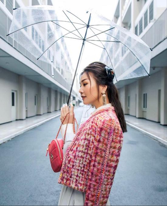 Gam hồng đậm chất nữ tính được Thanh Hằng mix-match ăn ý trên set đồ dạo phố. Bên cạnh đó mẫu túi đeo chéo, hoa cài đầu của Chanel cuxg được siêu mẫu chọn lựa để hoàn thiện set đồ.