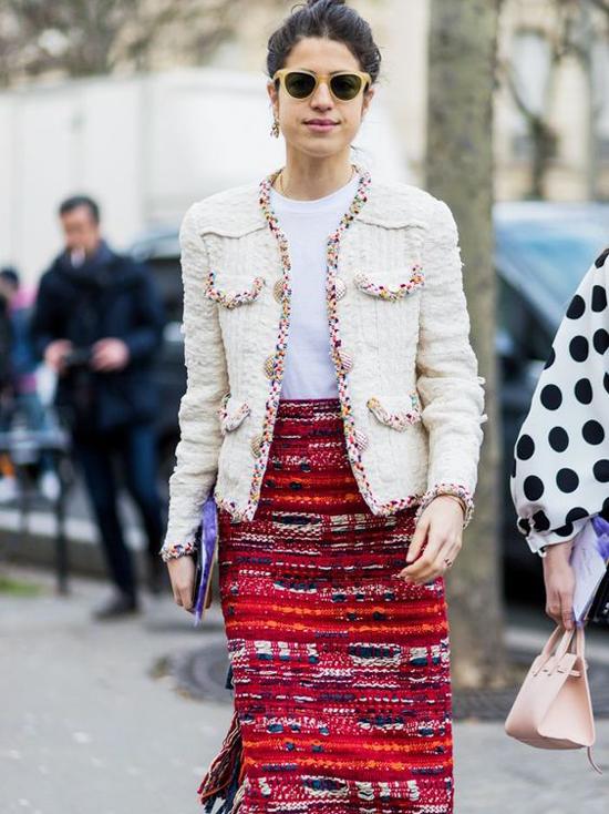 Thiết kế áo khoác cổ tròn, vải dệt thô mang lại hình ảnh thanh lịch và trang nhã cho phái đẹp khi xuống phố. Các nàng yêu sự điệu đà có thể chọn áo khoác để mix cùng chân váy bút chì, váy xòe, váy midi.