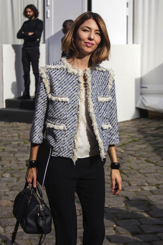 Áo khoác tay lửng được trang trí đường diềm xinh xắn với phần sợi thô tông trắng mang tới sự phong phú cho trang phục thu đông.