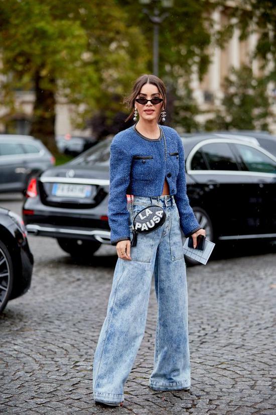 Set đồ thu đông cho bạn gái yêu phong cách sexy với cách kết hợp áo khoác dáng lửng đi cùng quần jeans lưng cao.
