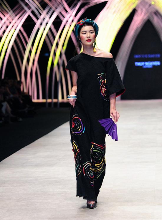Helly Tống với vẻ đẹp phóng khoáng và sắc sảo, đã trở thành first face cho bộ sưu tập Lúng Liếng ra mắt tại Vietnam International Fashion Week 2015. Bộ sưu tập lấy cảm hứng từ các bức hoạ nổi tiếng mang đề tài người phụ nữ trong thế kỷ 20 của các hoạ sĩ đại thụ trong nền Mỹ thuật Việt Nam.
