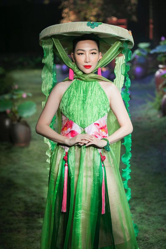 Bộ sưu tập Tình tang ra mắt năm 2019, diễn viên múa Linh Nga được trao vai trò nàng thơ. Cô trình diễn với nón quai thao, guốc mộc và váy yếm cách điệu từ lụa.