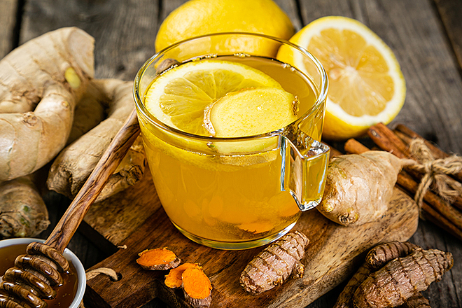 Uống một ly trà gừng nóng giúp giảm đau nửa đầu, trị cảm lạnh và bệnh hôi miệng.