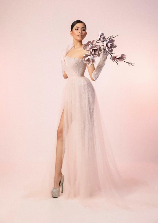 Trương Thị May chọn các thiết kế mới nhất của Đặng Phạm Anh Thư để tôn ưu điểm hình thể. Trong trang phục hợp mốt, người đẹp gợi cảm không thua kém các nữ hoàng thảm đỏ showbiz Việt.