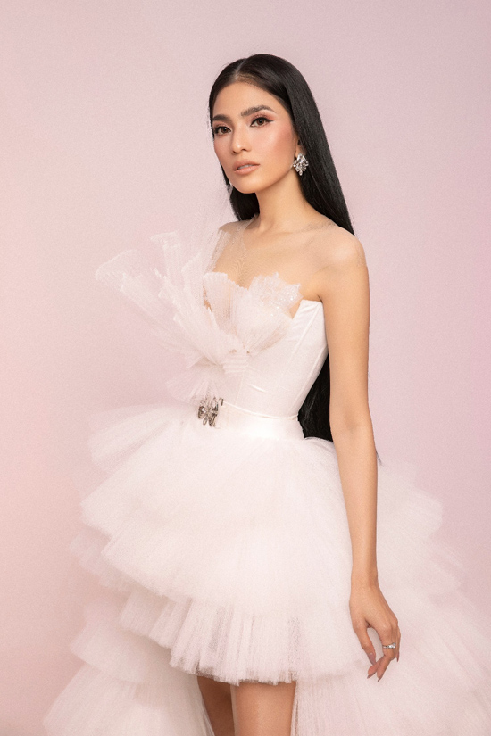 Váy xếp tầng thiết kế trên vải voan lưới giúp Trương Thị May duyên dáng như thiên nga trắng trong tác phẩm ballet nổi tiếng.