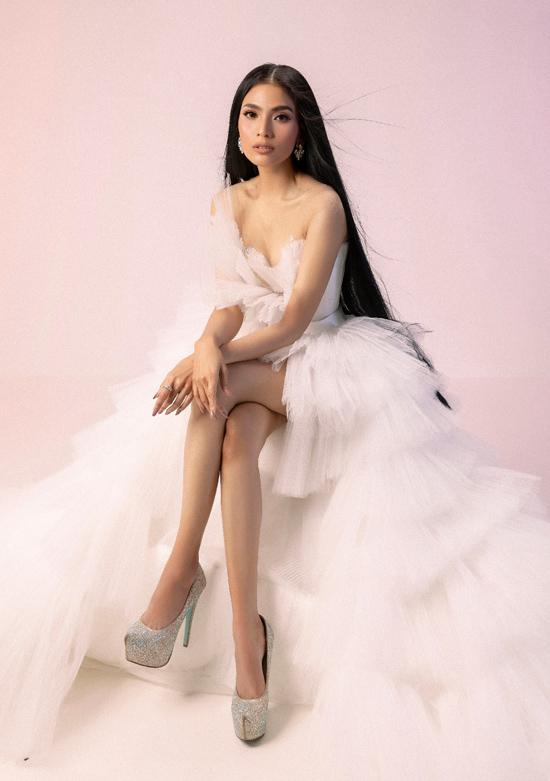 Trương Thị May khoe vai gầy mỏng manh, chân dài gợi cảm trong thiết kế đầm mullet kết hợp xếp tầng độc đáo.