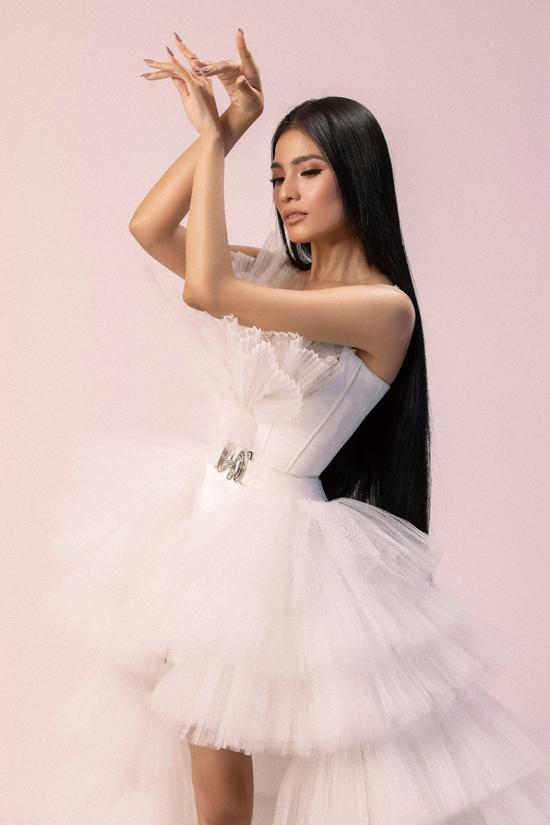 Người mẫu sinh năm 1988 tìm nhiều cách tạo dáng để thể hiện sự cuốn hút cho bộ ảnh giới thiệu các mẫu trang phục tông trắng, tạo khối bắt mắt.