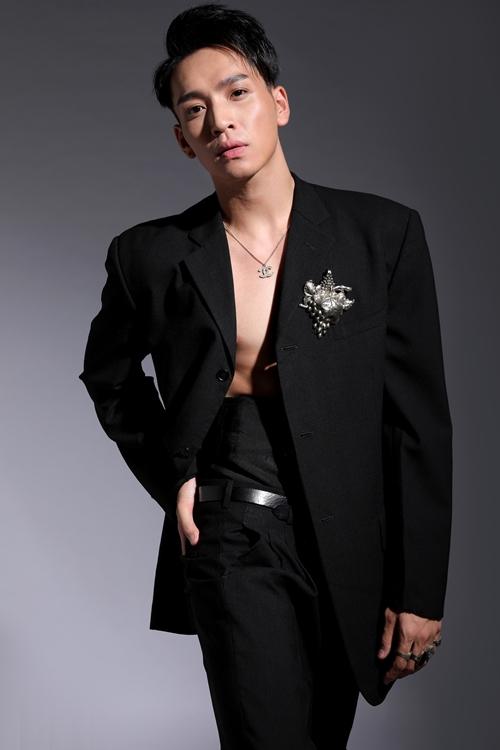 Xuất thân từ ca sĩ, Bạch Công Khanh đắt show MC và trở thành một diễn viên tay ngang. Thời gian gần đây, anh liên tục xuất hiện trên màn ảnh nhỏ khi dẫn dắt gameshow Ca sĩ ẩn danh và tham gia phim Vua bánh mỳ.