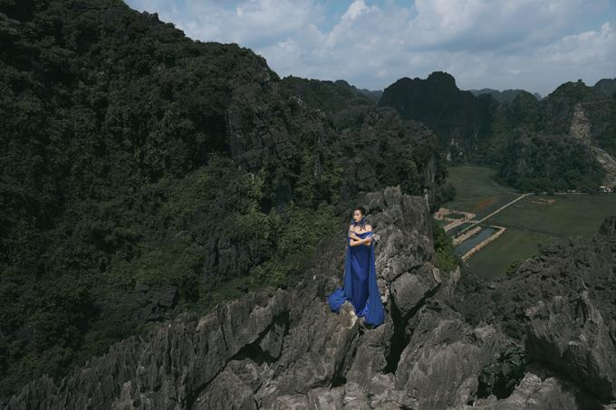 Đỗ Mỹ Linh chụp ảnh trên hang Múa - 4