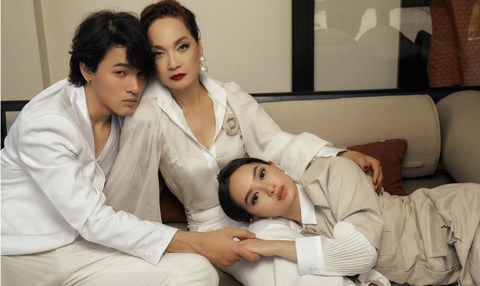 Cùng với NSND Hồng Vân - diễn viên chính còn lại của phim, ba diễn viên trước đó đã tham gia các lớp học phong cách sống của người thượng lưu.