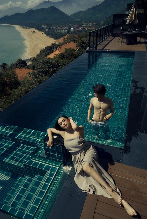 Kaity Nguyễn và Khương Lê thả dáng ở bể bơi trong resort.
