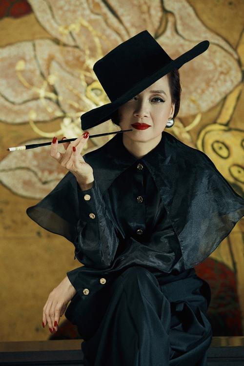 Nữ nghệ sĩ gốc Hà Nội lần đầu cắt tóc ngắn, hóa thân thành quý bà tuổi ngoài 40 mạnh mẽ và quyền lực.