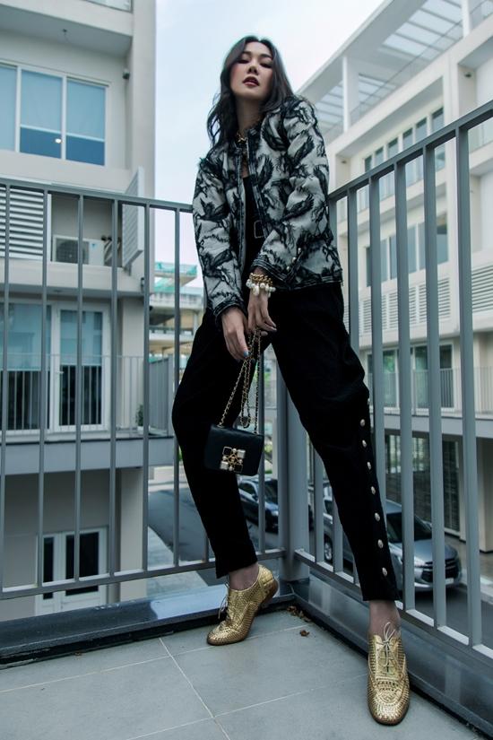 Khi hướng đến hình ảnh cá tính hơn, Thanh Hằng chọn áo phối ren kèm quần đính kết.