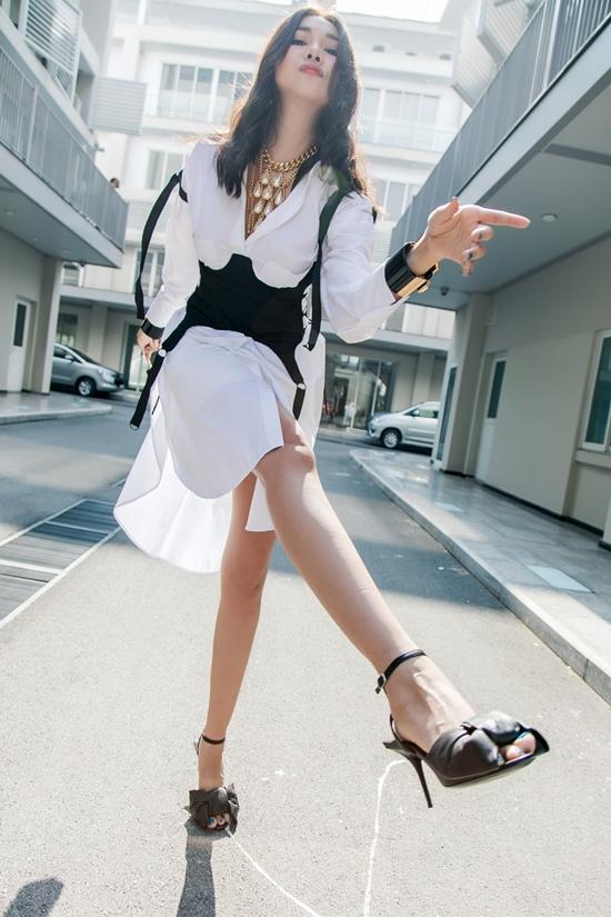 Diện đồ năng động song bạn vẫn có thể phối giày cao gót giúp ngoại hình luôn thanh thoát hơn.
