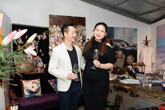Vợ chồng Quốc An - Phan Như Thảo diện trang phục ton-sur-ton khi góp mặt cùng dàn sao.
