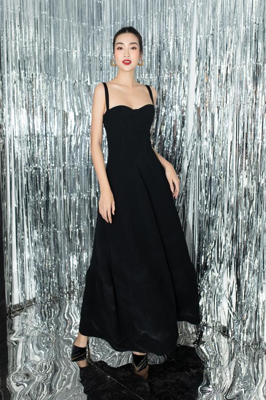 Hoa hậu Đỗ Mỹ Linh tinh tế khi chọn trang phục váy đen, phom tối giản khi xuất hiện trong không gian rực rỡ sắc màu của triển lãm.