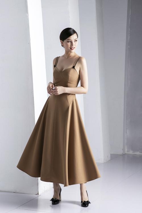 Các mẫu váy đơn sắc không chỉ đem lại giá trị vĩnh cửu, mà còn tập trung làm nổi bật các đường nét kỹ lưỡng của trang phục.