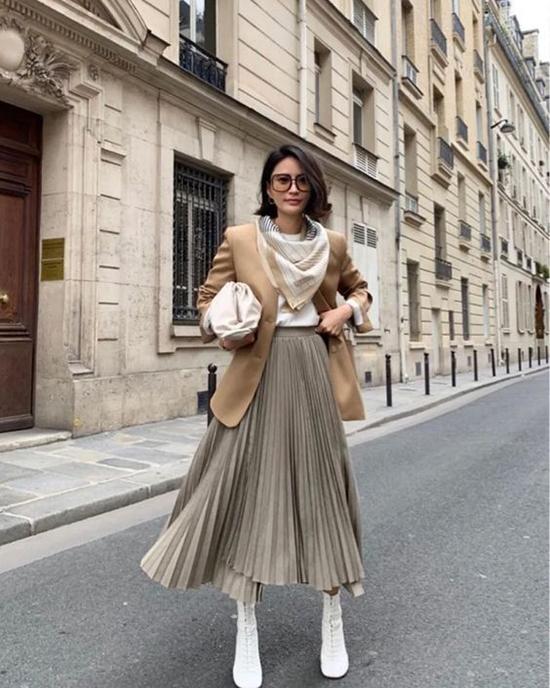 Áo blazer màu trung tính là trang phục phổi biến ở nhiều mùa thời trang và chúng vẫn chưa thể hiện dấu hiệu lỗi mốt.