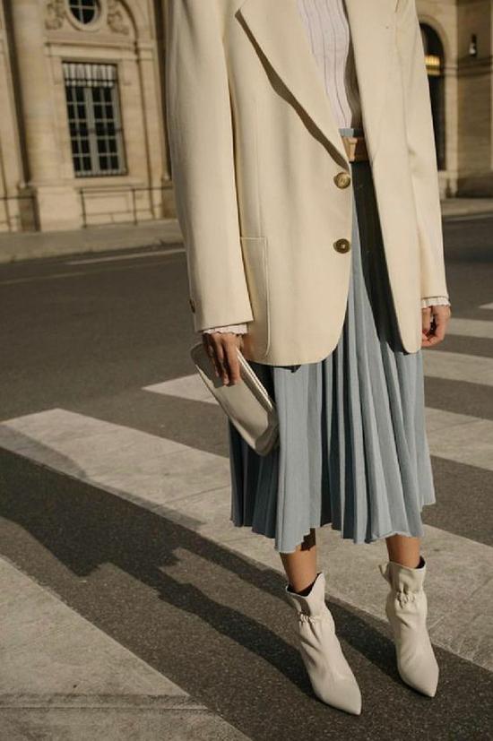 Với áo blazer đơn sắc, phái đẹp có thể mix cùng nhiều trang phục để xây dựng hình ảnh trang nhã mỗi khi xuất hiện. Công thức hiệu quả nhất là combo gồm balzer và chân váy midi.