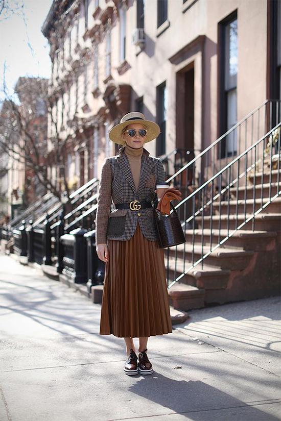 Bên cạnh lối mix áo blazer cùng chân váy xếp ly quen thuộc, nhiều fashionista còn thích sử dụng dây lưng da để tạo điểm nhấn.