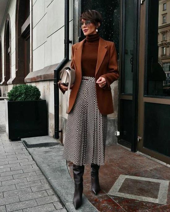 Tông nâu đỏ ấm áp của áo dệt kim cổ lọ, áo blazer dáng basic sẽ khiến set đồ mùa lạnh của chị em văn phòng trở nên giá trị hơn.