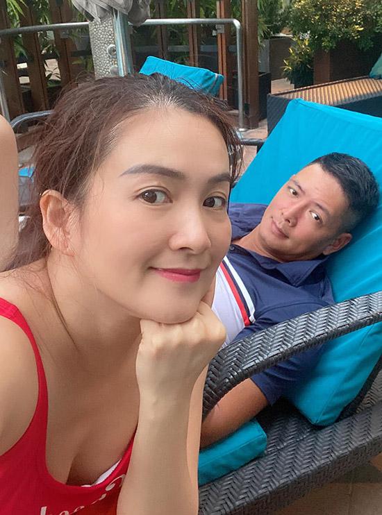 Vợ chồng Bình Minh tận hưởng những ngày nghỉ dưỡng thoải mái ở khách sạn để nạp lại năng lượng sau thời gian dài bận bịu, mệt mỏi. Cả hai thảnh thơi rủ nhau đi bơi, tắm nắng. Anh Thơ tiết lộ đây là cách cô giải toả stress hiệu quả.