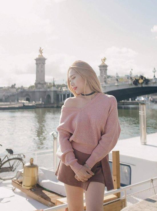 Quỳnh Lisa gợi cảm khi mặc áo len và chân váy ngắn. Cô tốt nghiệp ngành kiểm toán ở Pháp và đang là chủ một trung tâm chăm sóc sắc đẹp và shop nước hoa hàng hiệu, thời trang tại Paris.