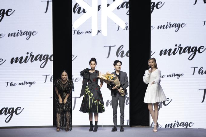 Nhà thiết kế Thanh Huỳnh (trái) lên cảm ơn mạnh thường quân đã ủng hộ chương trình thiện nguyện sau fashion show.