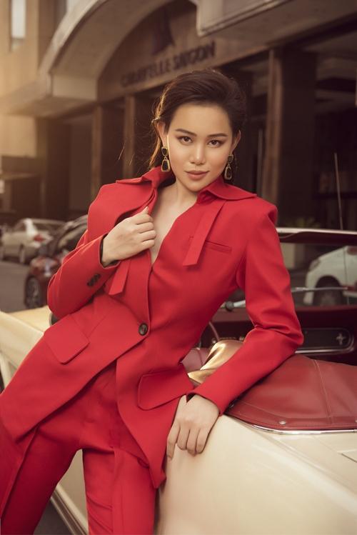 Bộ suit sắc đỏ được lấy cảm hứng từ những thiết kế trend coat đến từ châu Âu. Đây là kiểu trang phục dành riêng cho tiết trời se lạnh, mưa bất chợt với những ưu điểm về tiện ích và hợp thời trang.
