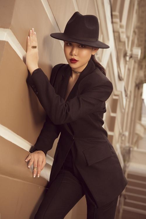 Người đẹp dùng nhiều phụ kiện bắt sáng như nhẫn, giày cao gót màu vàng ánh bạc...