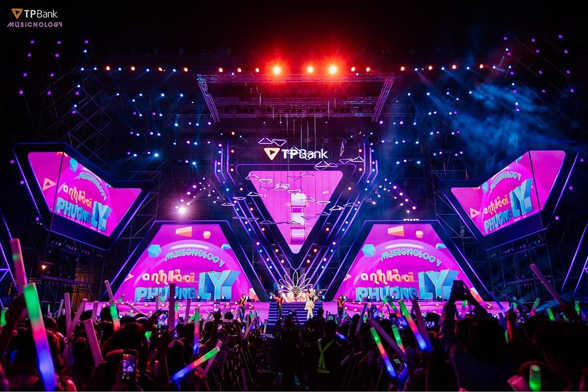 Bank Tím lại một lần nữa chơi lớn khi đưa AR công nghệ thực tế ảo lần đầu tiên ứng dụng trên sân khấu trực tiếp tại Việt Nam khiến khán giả không khỏi trầm trồ, hào hứng.