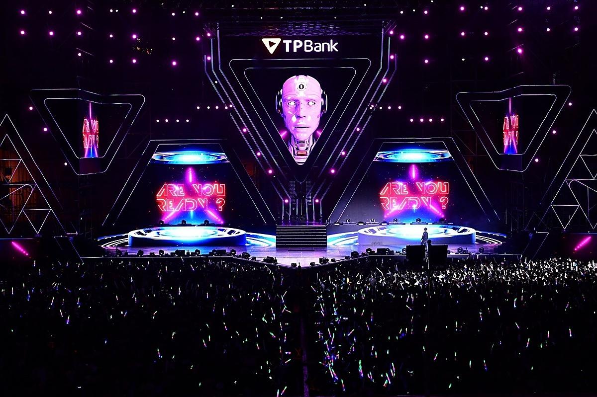 Trên một sân khấu ca nhạc, cùng với MC, toàn bộ hành trình còn được dẫn dắt bởi một người bạn đặc biệt - robot TP đến từ tương lai. Ảnh:TPBank
