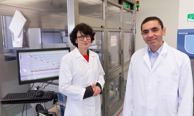 Vợ chồng nhà nghiên cứu Oezlem Tuereci, Ugur Sahin vẫn miệt mài nghiên cứu kể cả trong ngày cưới của họ. Ảnh: BioNTech.