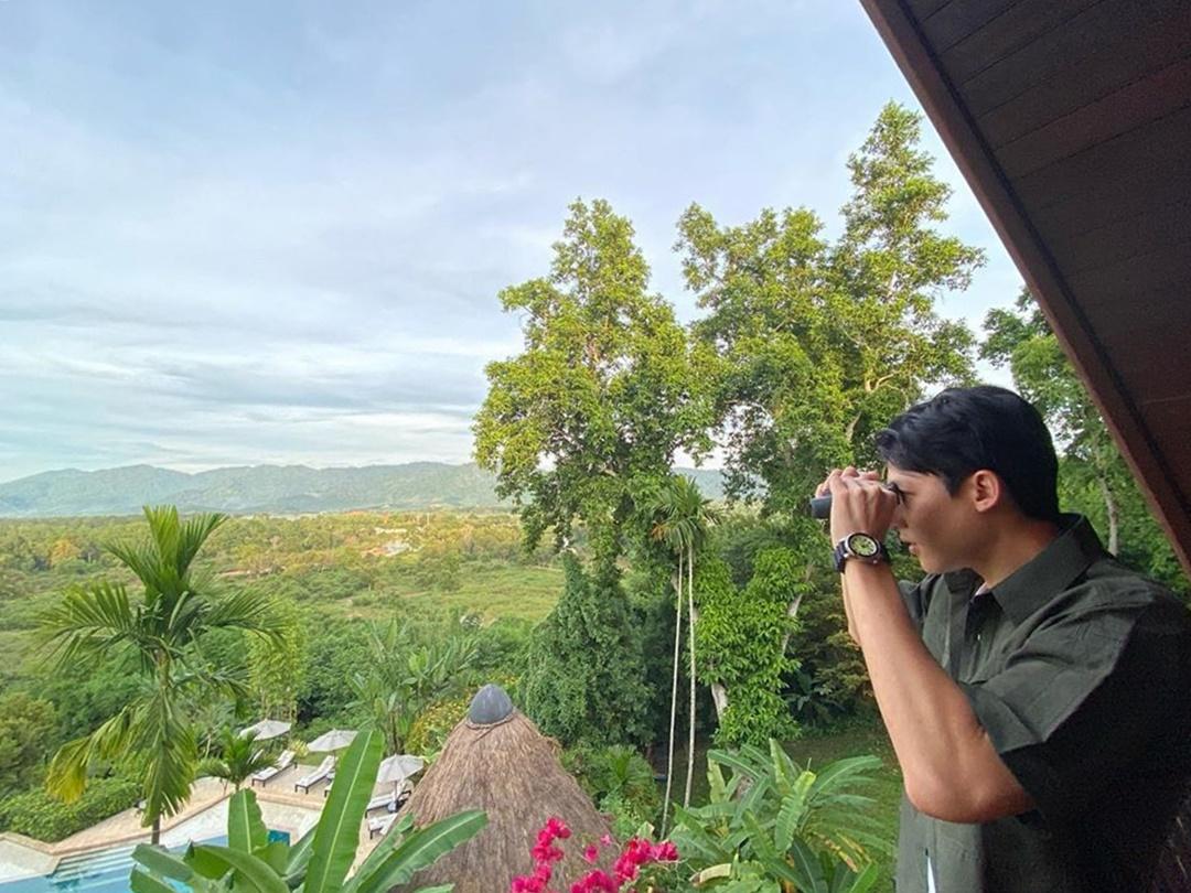 Có ba chú voi đang sinh sống trong chuồng trại gần phòng bong bóng. Còn nếu muốn làm bạn với nhiều chú voi khác, bạn phải theo hướng dẫn viên vào rừng. Ngoài ra, du khách có thể lên lầu vọng cảnh, dùng ống nhòm để quan sát voi từ xa. Đây cũng là vị trí đón hoàng hôn đẹp mê ly, hay phóng tầm nhìn ngắm phong cảnh hai nước Lào và Myanmar. Ảnh: Mark Prin.