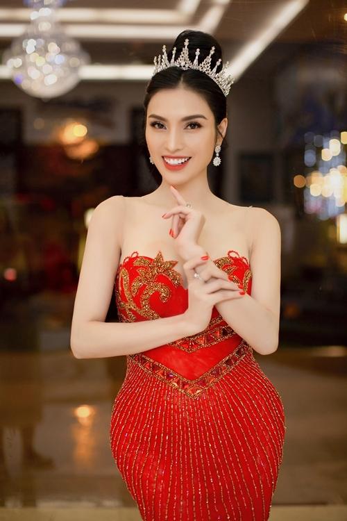 Ăn mặc thoải mái khi tập luyện cùng các thí sinh nhưng lúc trở lại với vai trò giám khảo, Huyền Sâm chọn chiếc đầm đỏ ôm sát để khoe đường cong.