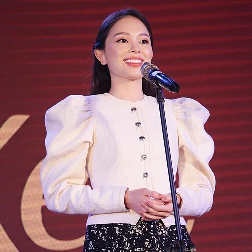 Linh Rin rạng rỡ khi phát biểu trên sân khấu trường Học viện Báo chí và Tuyên truyền - với vai trò là Nhà tài trợ và Quỹ Nhà đồng hành cùng các bạn sinh viên của trường.