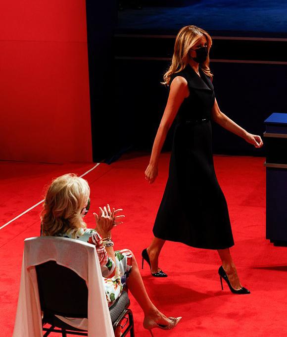 Bà Melania đi qua bà Jill Biden khi lên sân khấu trong cuộc tranh luận trước bầu cử hôm 22/10 ở thành phố Nashville, bang Tennessee. Ảnh: Reuters.
