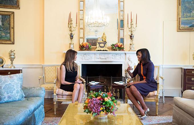 Bà Michelle Obama tiếp đón bà Melania ở Nhà Trắng hồi tháng 11/2016. Ảnh: The White House.