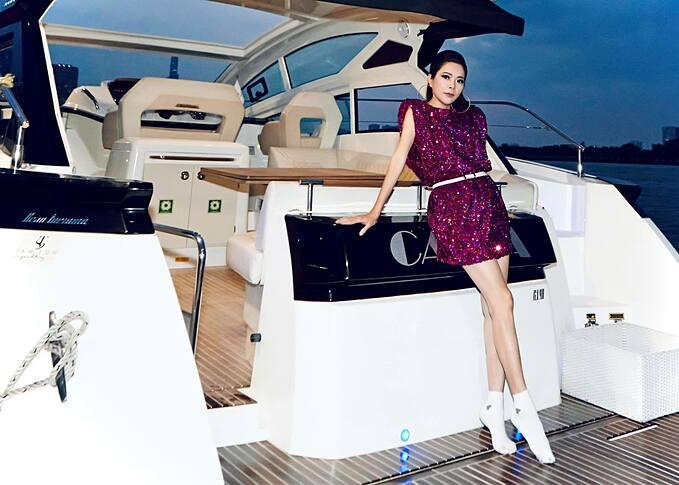Ca sĩ Mỹ Lệ tranh thủ pose hình trên du thuyền của một người em thân thiết.