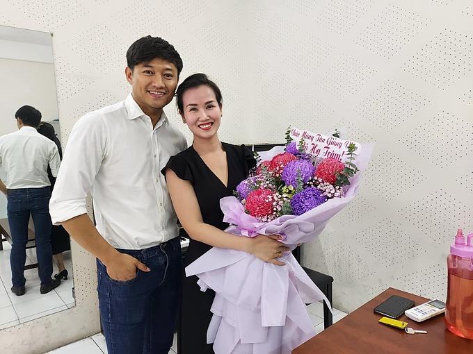 Quý Bình đến chúc mừng ca sĩ Võ Hạ Trâm trong ngày đầu làm giảng viên tại nhạc viện TP HCM.