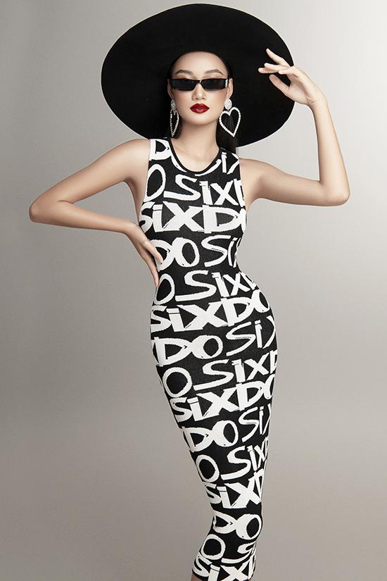 Đầm ôm không tay phủ họa tiết tên thương hiệu giúp các nàng khoe đường cong quyến rũ.