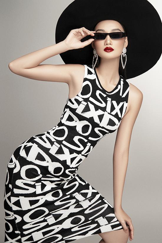 Bông tai to bản, kính đen, mũ rộng vành trở thành điểm nhấn trẻ trung cho tổng thể phong cách.